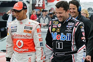 Tony Stewart and Lewis Hamilton try one up each other for the fans  - Video