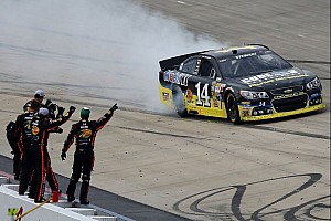 Stewart gets his first win of 2013 in the Dover 400