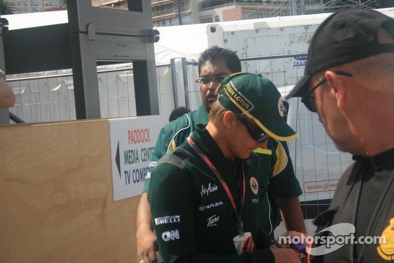 Heikki Kovalainen doing autographs